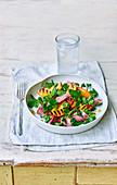 Salat mit geräucherter Ente und gegrillten Pfirsichen