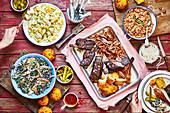 Texas-Grillplatte mit Pintobohnen, Kartoffel- und Grünkohlsalat
