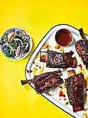 Beef Short Ribs mit Grünkohl-Pfirsich-Mohn-Salat