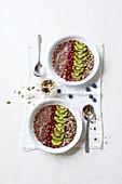 Sommer-Porridge mit Mandelmilch und Chiasamen