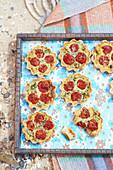 Picknick-Quiches mit gebratenen Tomaten und Pancetta