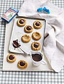 Thumbprint-Cookies mit Schokolade und Haselnuss
