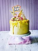 Bananentorte dekoriert mit Custard Cream und Süßigkeiten