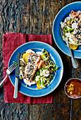Knuspriger Lachs auf Nudelsalat mit Rüben und Mandarinen