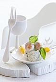 Fischröllchen auf Reistimbale mit Basilikum