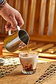 Geeisten Milchkaffee mit Kakao zubereiten