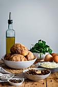 Zutaten für Ofenkartoffeln mit Champignons, Käse, Rucola und Ei
