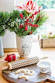Winterlicher Strauß mit Amaryllis und Brettchen mit Vanillekipferl