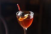 Manhattan-Cocktail mit Kirsche und Orangenschale