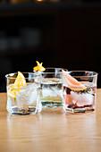 Klare Cocktails mit Eis und Zitrusfrucht