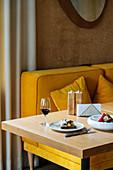 Sandwich und Rotweinglas auf Restauranttisch