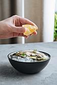 Auster auf Eis mit Zitronensaft beträufeln