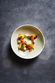 Mango-Pfirsich-Salat mit frischen Kräutern und Meerettichcreme