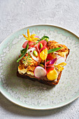 Fisch-Sandwich mit Gemüse und Essblüten