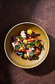 Krabbensalat mit Gemüse und frischen Kräutern