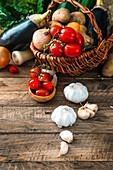 Stillleben mit Gemüse und Knoblauch
