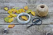 Zutaten für Kranz aus Buchenblättern : Blätter, Schere, Draht und Schnur