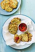 Halloumi-Zucchini-Fritter mit roter Paprika-Petersilien-Salsa