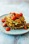 Zucchini-Feta-Puffer mit Tomatensalat (Low Carb)