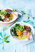 Veganer Kichererbsenpfannkuchen mit Baked Beans und Avocado