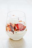 Sahnecreme mit Erdbeeren und Vanilleeis