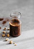 Haselnuss-Kakaobutter in kleiner Flasche