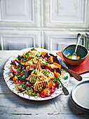 Quinoasalat mit gebackenem Gemüse und gegrilltem Halloumi