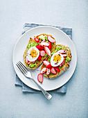Tartine mit gekochtem Ei, Avocado und eingelegten Radieschen