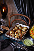 Gefüllte Zwiebeln mit Wurzelgemüsereis und Kräuter-Joghurt-Dressing zu Halloween
