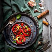 Rote Paprika mit Linsenfüllung