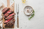 Gegrilltes Ribeye-Steak auf Schneidebrett