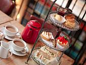 High Tea mit Scones, Gebäck und Sandwiches auf Etagere