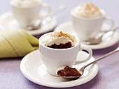 Schokoladendessert mit Sahnehäubchen serviert in Tassen