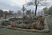 Bauerngarten im Spätherbst mit Rauhreif, Buchs-Hecken als Beeteinfassung