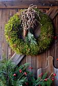 Mooskranz mit Kiefer, Fichtenzapfen und Zweig mit Palmbeeren