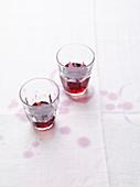 Rotweinstilleben mit Rotweinflecken auf weisser Tischdecke