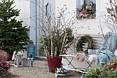 Ländliche Weihnachtsdeko mit Birkenstämmen, Birkenzweigen und Tannenzweigen, Bank mit Fell als Sitzplatz