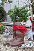 Stiefel mit Tannenzweigen, Stern, Zapfen und rotem Filzband zum Nikolaus
