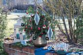 Weihnachtlicher Strauß aus zweigen von Tanne, Kiefer und Birke, geschmückte mit Kugeln und Rauten