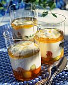 Griechischer Joghurt mit Honig und Früchten
