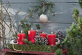 5-Minuten-Adventskranz für die Terrasse: rote Kerzen, Zapfen, Tannenzweige und Christbaumkugeln auf Metall-Tablett