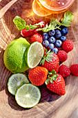 Frische Früchte und Radieschen in Holzschale