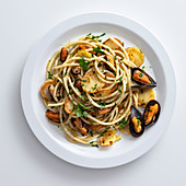 Spaghetti mit Bratkartoffeln, gebratenem Knoblauch und Miesmuscheln