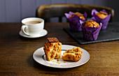 Karamell-Muffins serviert zum Kaffee