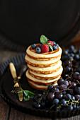 Ein Stapel Pancakes vor dunklem Hintergrund