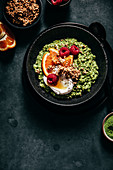 Matcha porridge with oranges, raspberries and Greek yoghurt