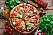 Pizza mit Mozzarella und Kirschtomaten
