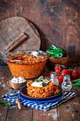 Kohl-Reis-Auflauf mit Fleisch in Tomatensauce