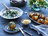 Ofenkartoffeln mit Hähnchenfleisch, Spinat und Käse