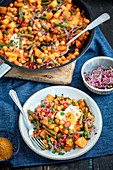 Kartoffel-Kichererbsen-Eintopf mit grünen Bohnen und Ei